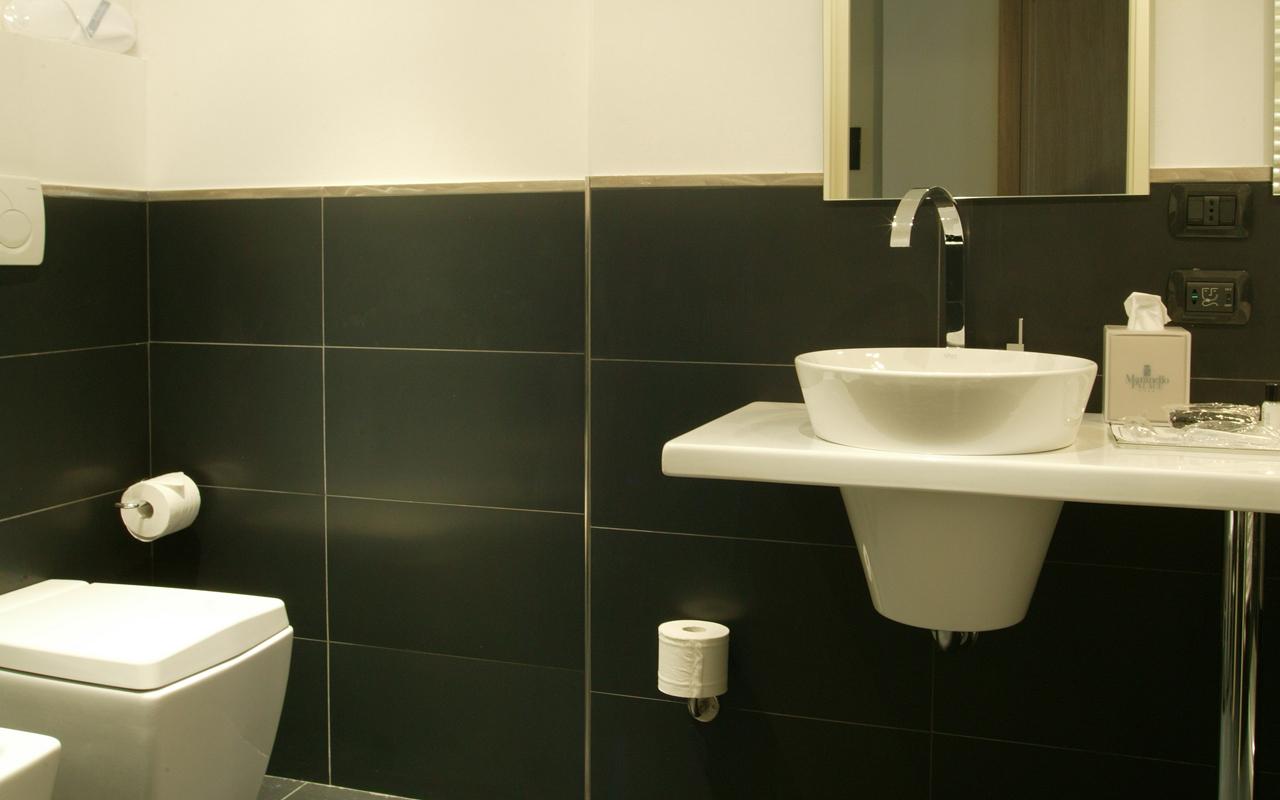 Arredo bagno marrone e beige idee creative e innovative for Arredo bagno marrone